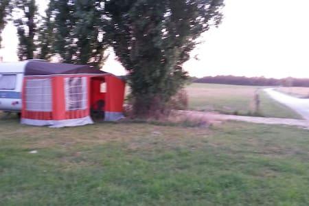 Caravane en pleine campagne - Méry-ès-Bois