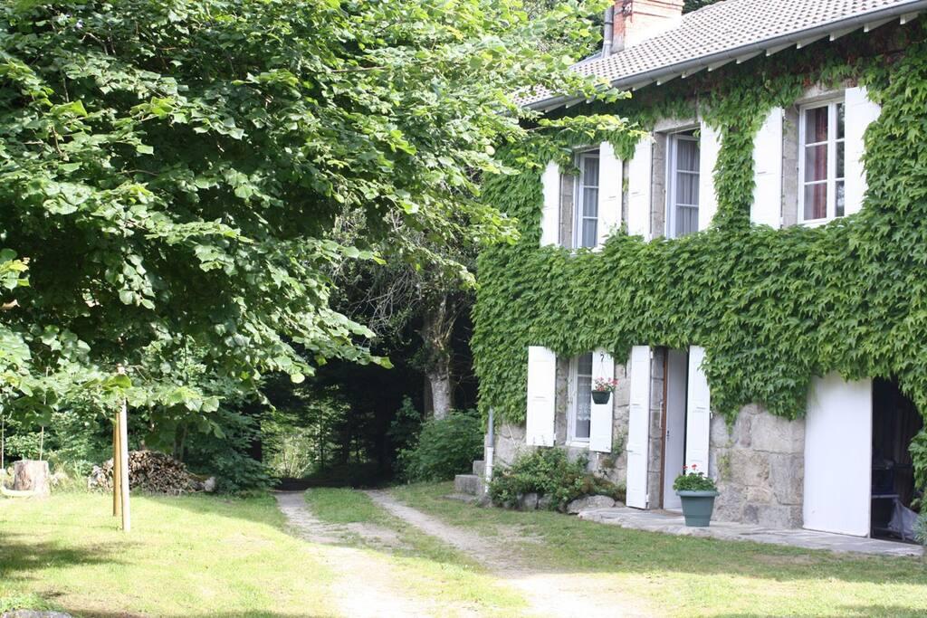 maison en pierre au milieu des bois maisons louer tence auvergne france. Black Bedroom Furniture Sets. Home Design Ideas