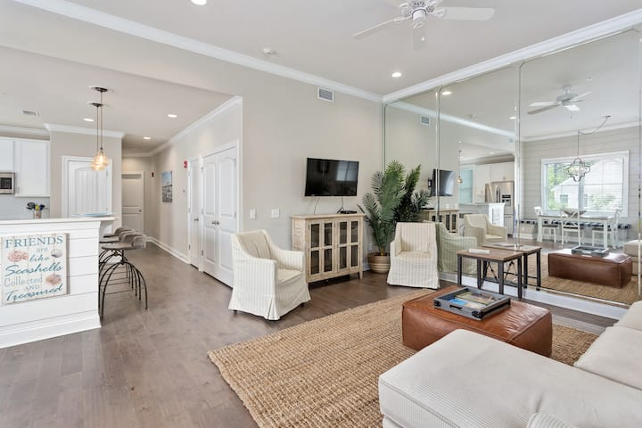 Luxury dog friendly condo on St. Simons in the Village!