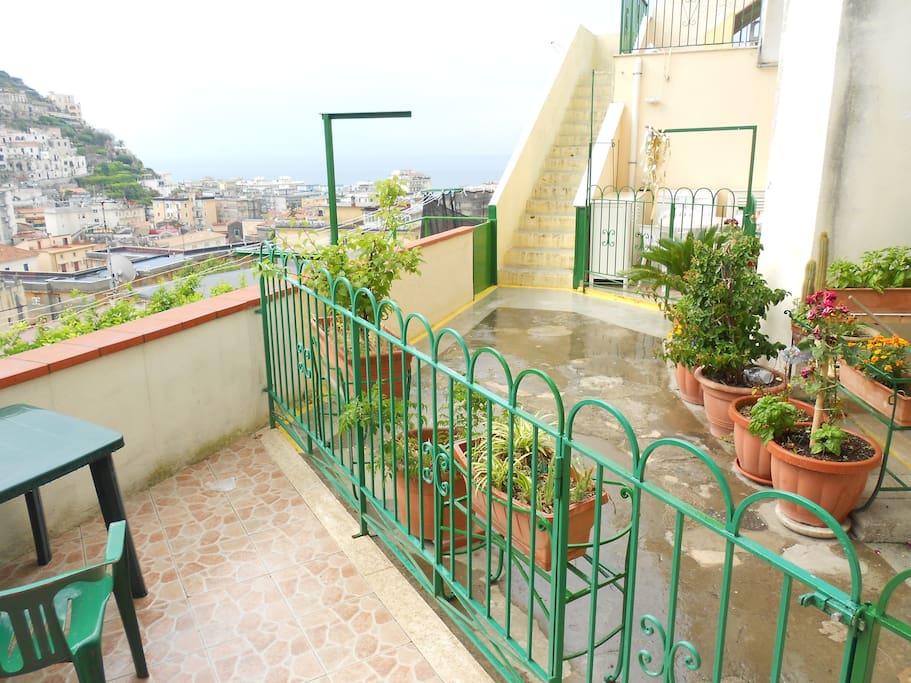 Terrazzo con panorama, ideale per cene sotto le stelle e colazioni vista mare.