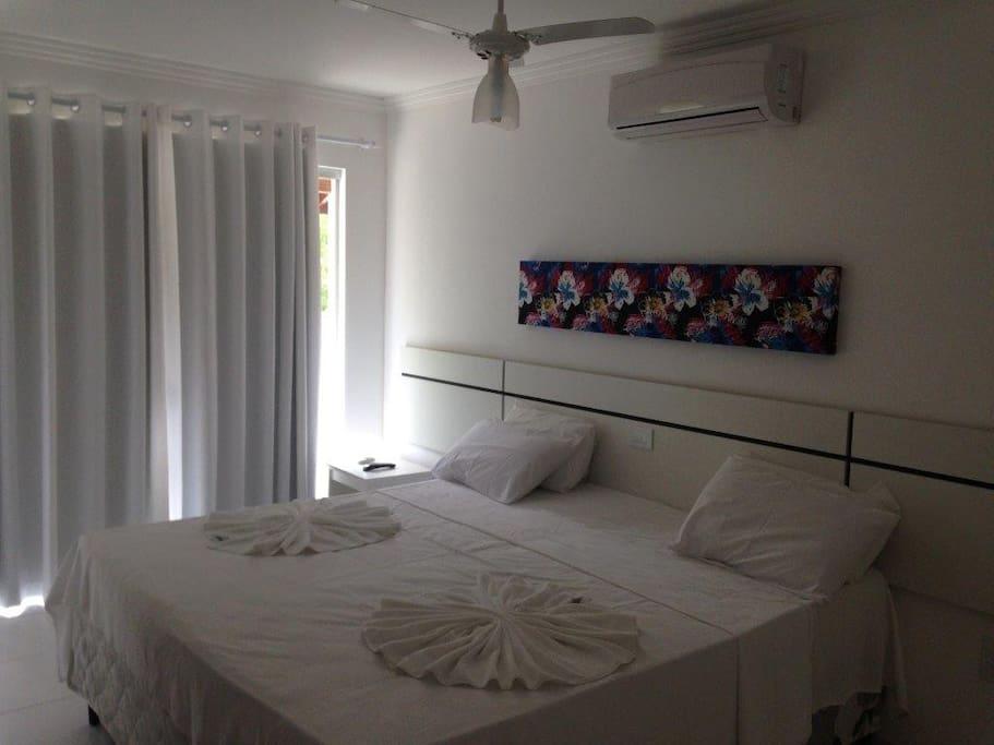 suite casal, nas duas laterais da cama de casal se embutem e camas de solteiro