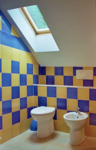 Bagno privato completo di lavabo e doccia