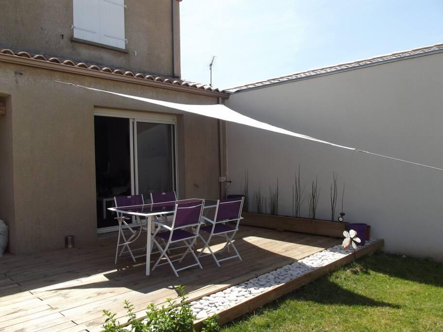 petit jardin clos, avec terrasse en bois. Barbecue et petit potager à disposition pour une soirée grillade sympa!