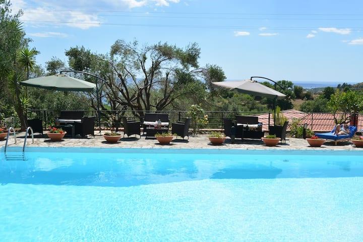 Villa Francy: VILLA CON PISCINA IMMERSA NEL VERDE