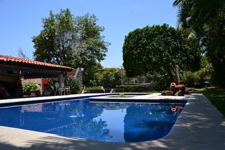 Casa sola con alberca y jardín en Cuernavaca