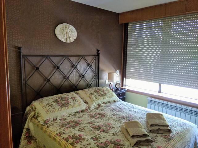 Dormitorio, cama de 1,50, somier y colchón a estrenar, muy luminoso y tranquilo