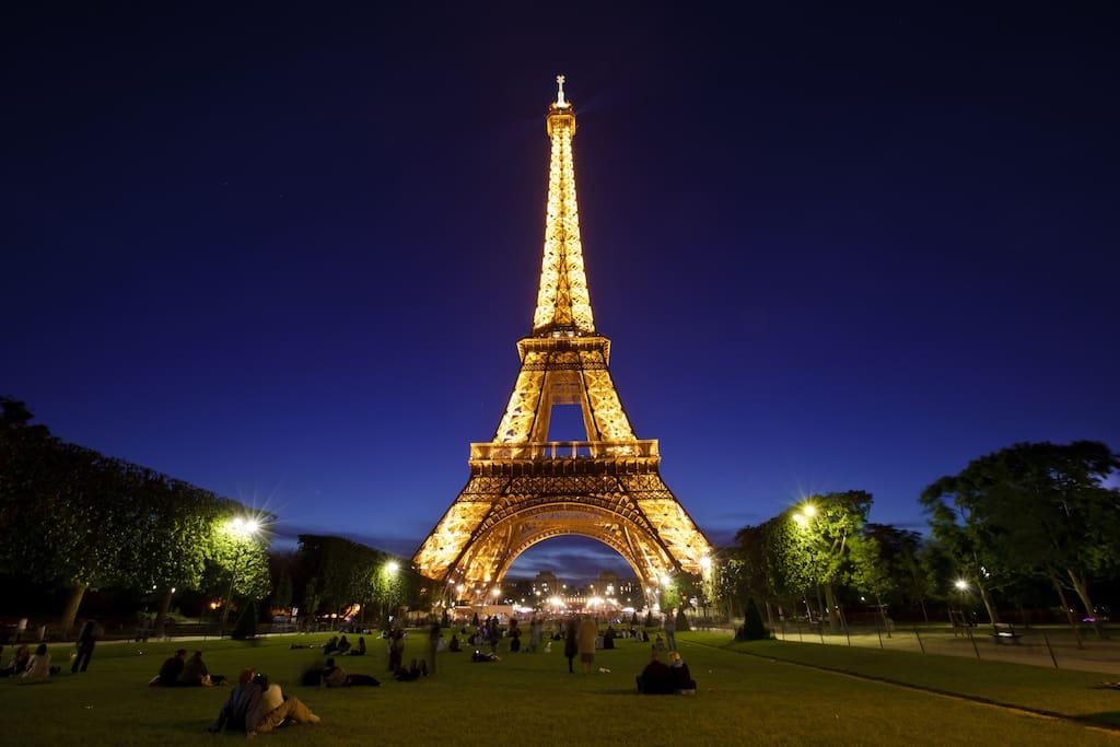 5 minute walk to Eiffel Tower
