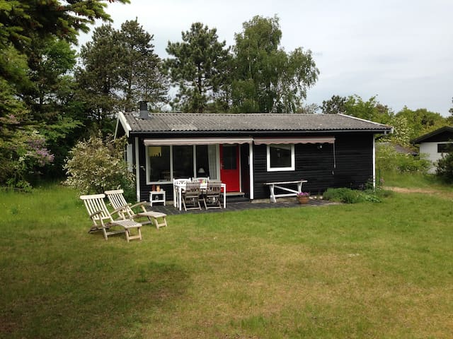 Charming family friendly cottage   - Højby - Cabin