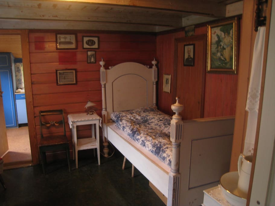 This bed could be as old as 150 years. The walls and ceiling with paintings are authentic.