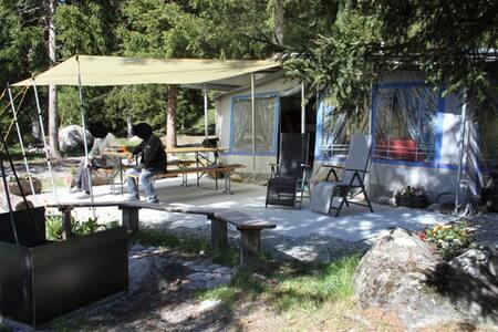 Beheizter Wohnwagen auf naturnahem Campingplatz