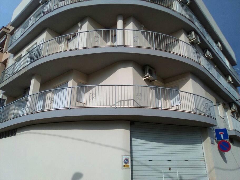 Appât au 1er étage, En partant de droite de l'appât une fenêtre chambre 3, porte fenêtre chambre 2, les trois ouvertures suivantes le séjour et la dernière porte fenêtre la chambre parentale