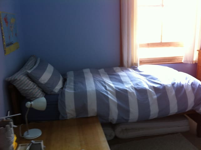 Peaceful single room in family home near the sea - Brighton - Dom