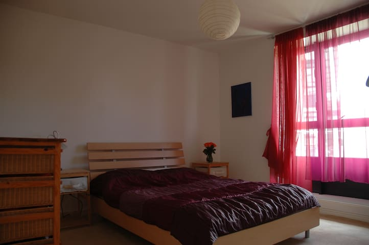 Double en-suite room - near airport