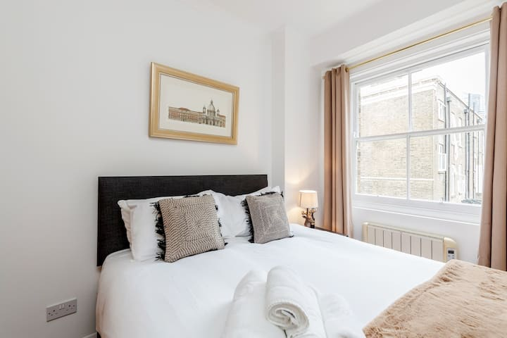 Professionally cleaned Kings Road Chelsea bed apartment for 4
