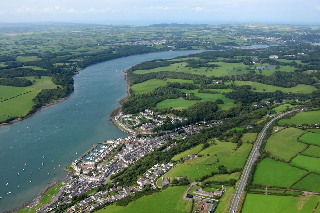 Y Felinheli - conveniently located just outside Snowdonia National Park, the village lies on the beautiful Menai Straits, and is a Welsh language heartland.