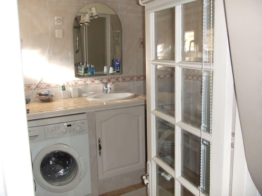 Salle de bain indépendante avec lave-linge, douche, sèche-serviette, sèche-cheveux