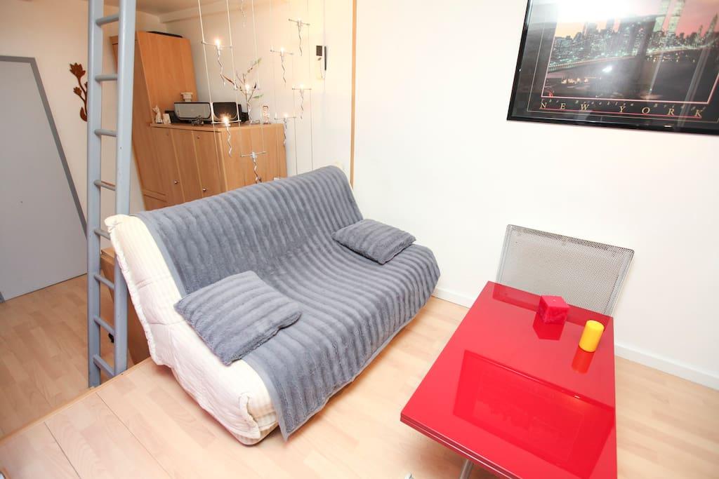 Canapé convertible confortable et  table rehaussable