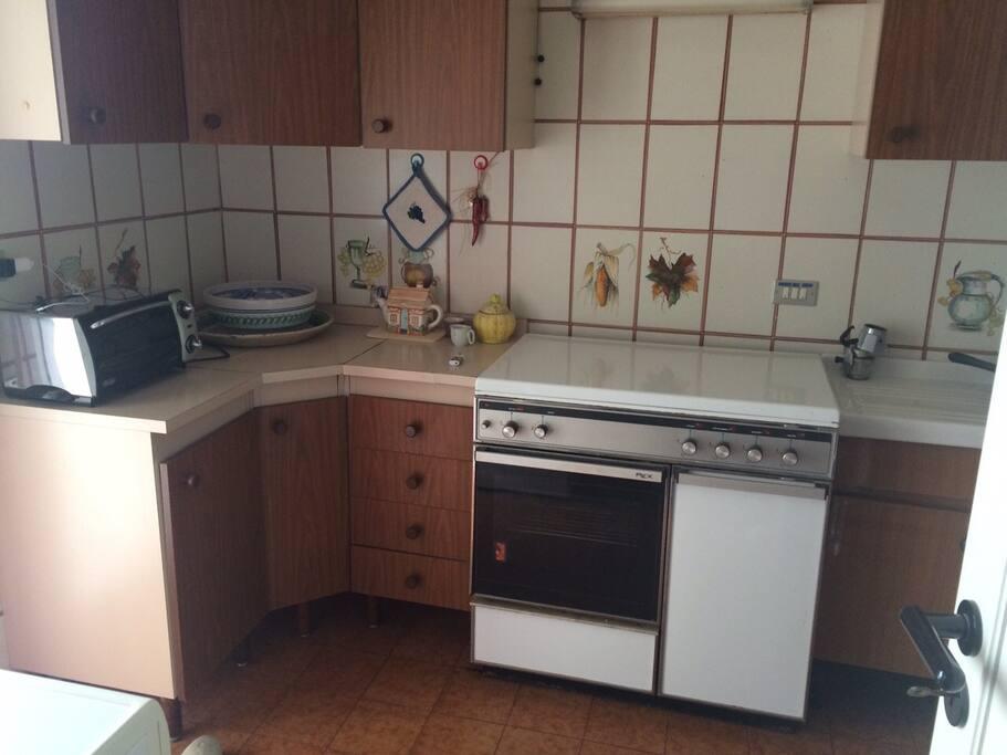 La cucina ha tutti gli eletrodomestici essenziali e 2 frigoriferi