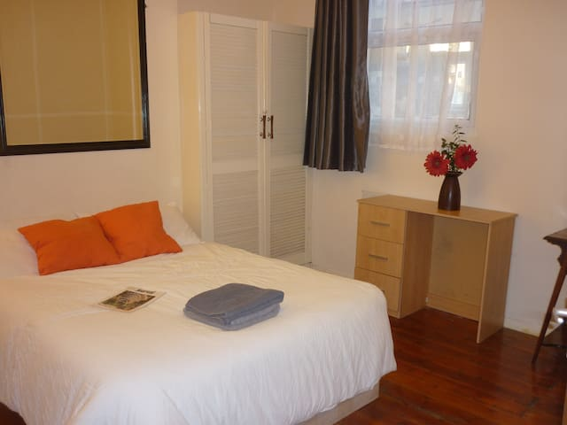 Great double room 30minutes to Central London - Lontoo - Talo
