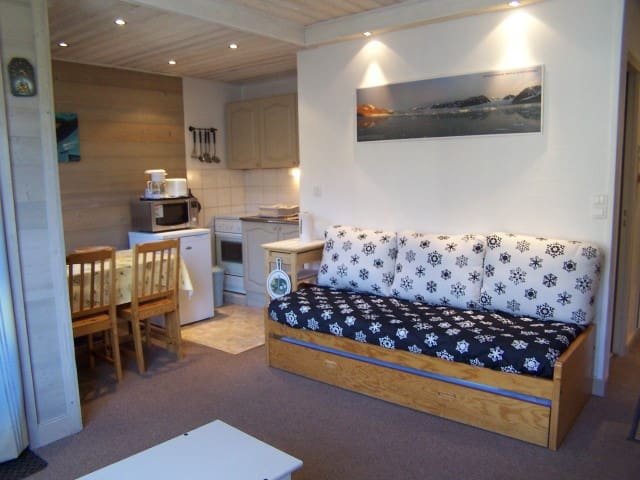 All renovated studio, in a quiet place. Perfect for a couple. Close to shops.