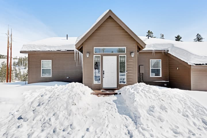 Secluded, dog-friendly home w/ mountain views, a private deck, & hot tub!