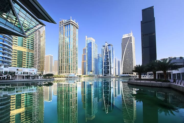 Luxury Home Comfort With Full Lake View - Dubai - Byt