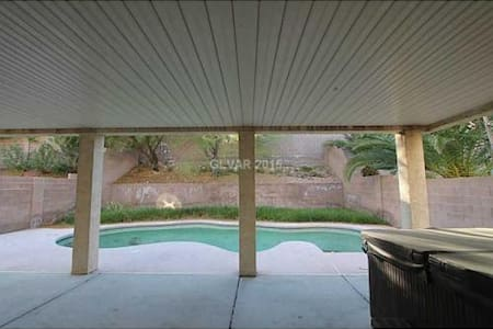 Gorgeous Summerlin home with pool. - Casa