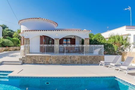 Stunning Villa with Private Pool - 3 Mins to beach
