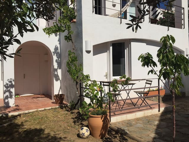 Apartment in Cadaqués with garden and parking