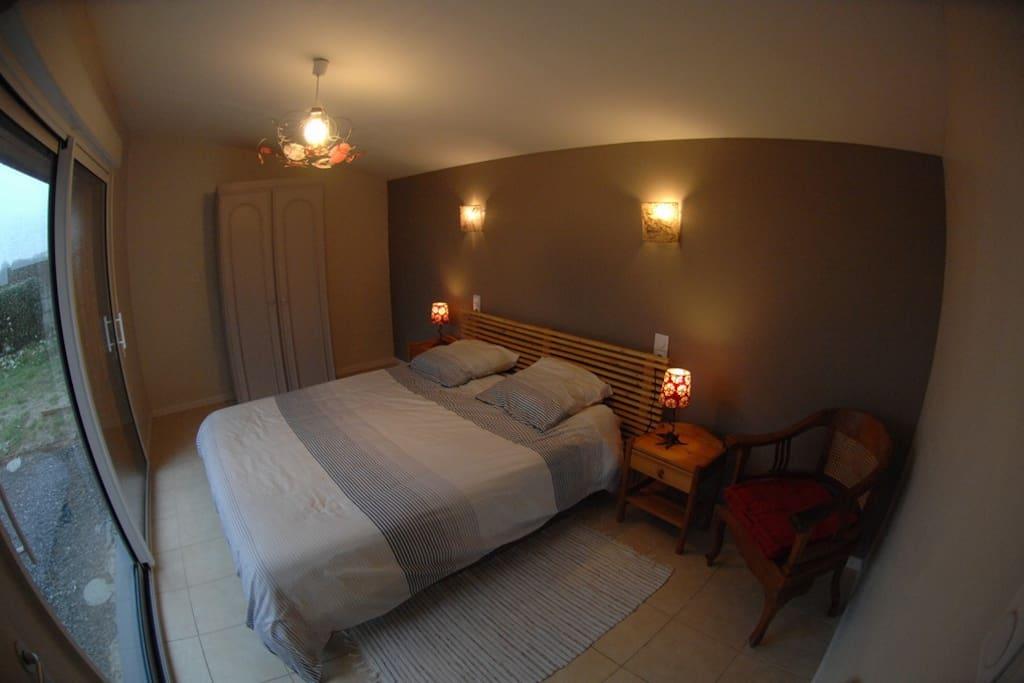 Chambre plein sud sur terrasse bois, lit 160