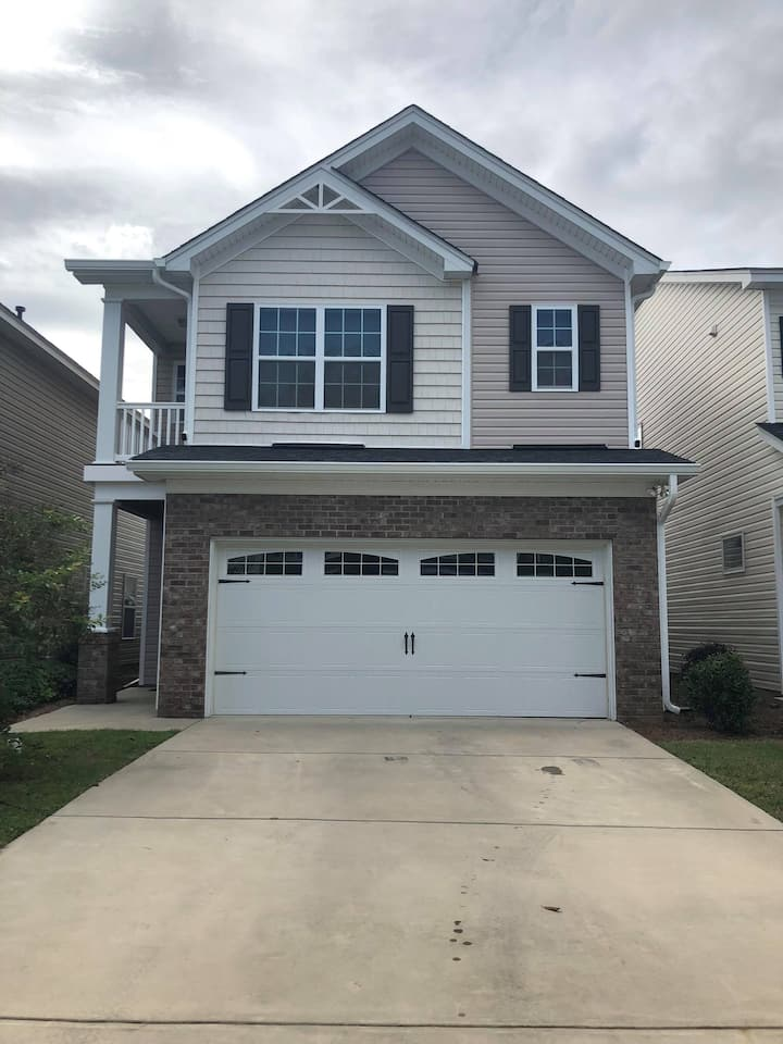 Entire House Centrally Located (No Master Bedroom)