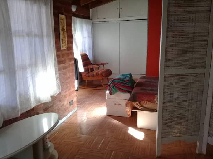 Dormitorio amplio en casa/hostel con baño priv.