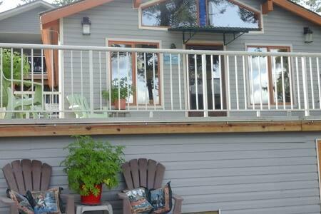 Maria's Cariboo Lakefront Guest Cottage - Lac la Hache - Kabin