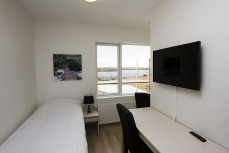 Friendly and Comfortable Single Room with a Shared Bathroom - close to Blue Lagoon and KEF Airport