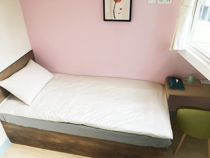 Superior Single Bed, Private Bathroom 2 Min to MTR