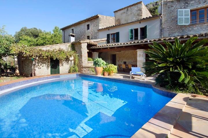 Maison de vacances Camp Redo avec vue sur les montagnes, piscine, jardin, terrasse et connexion WiFi ; parking disponible