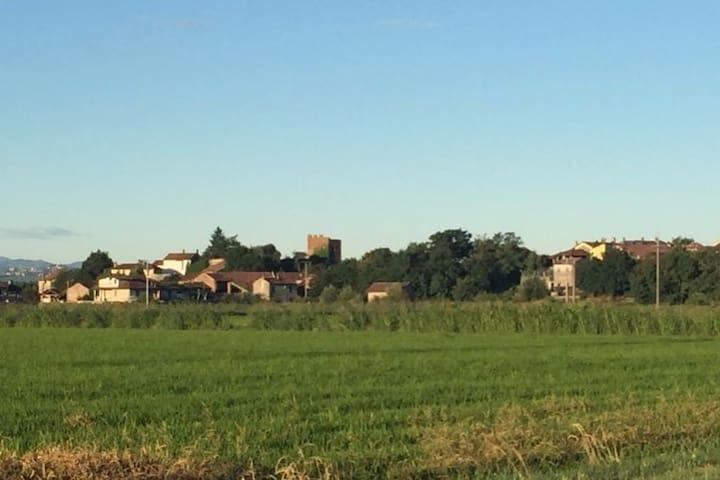 Costa de'Noblli vista dalla campagna