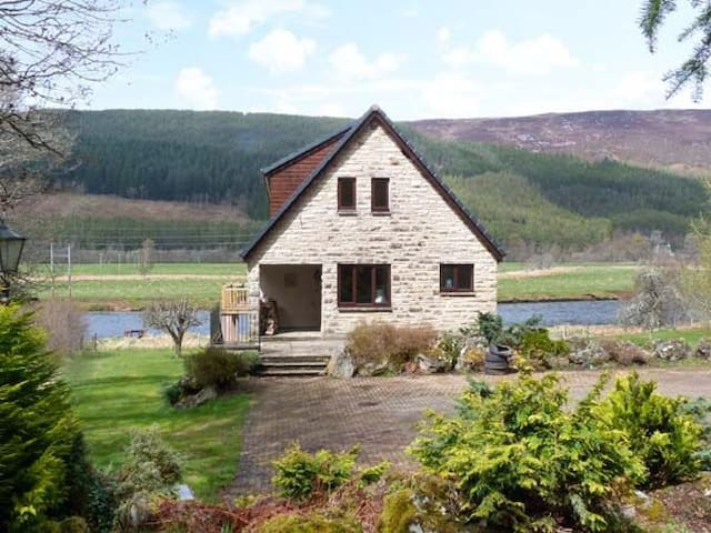 A beautiful Scottish Lodge on river - Invernesshire  - House