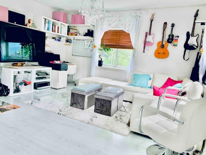 Cozy livingroom,parking,1min to busstop,BigTV+view