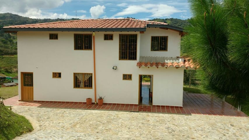 Acogedora finca con 4 habitaciones - Guarne - Bed & Breakfast
