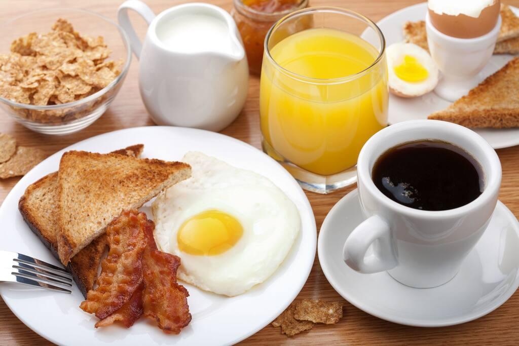 Desayuno Gratis de 7 am a 10 am. Foto Referencial