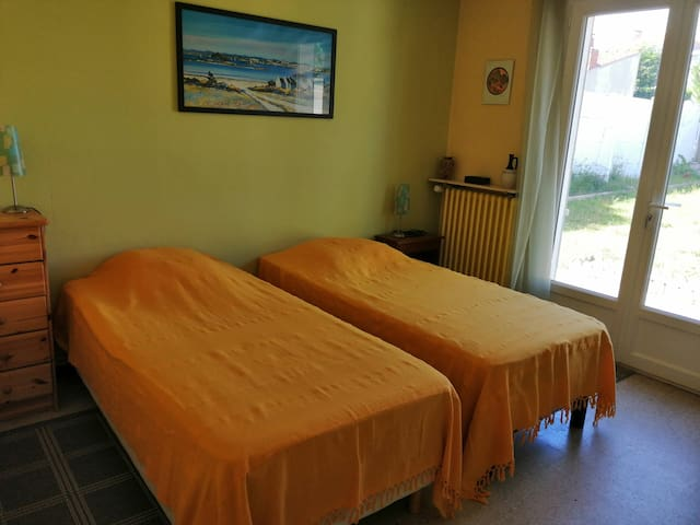 Chambre avec 2 lits pouvant être rassemblés donnant sur un jardin à l'arrière