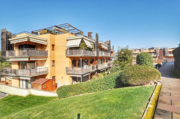 Apartment in a gated complex, 300m from the beach, air conditioning, parking, shared swimming pools, 6 people, Garbi Boadella