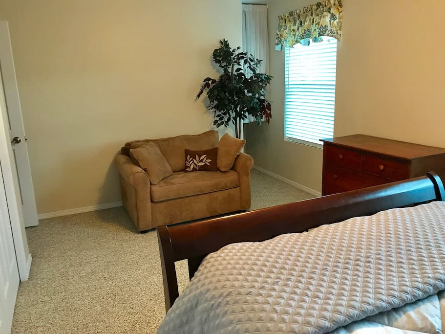 Upstairs front bedroom single chair/pullout bed