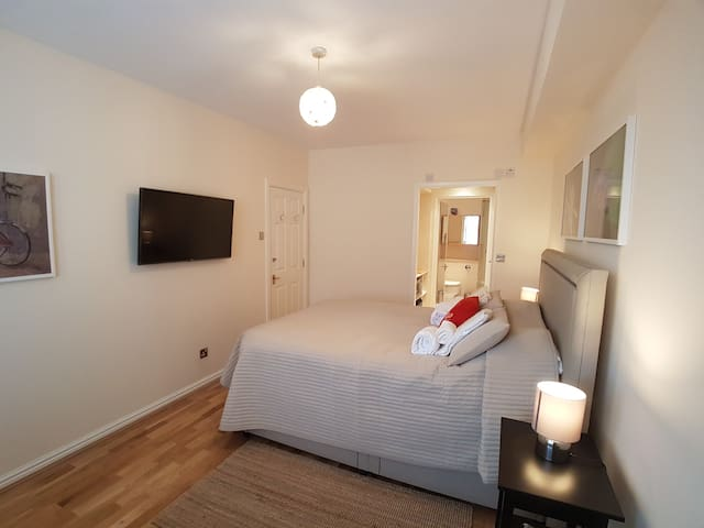 Deluxe room with ensuite in Tower Hill
