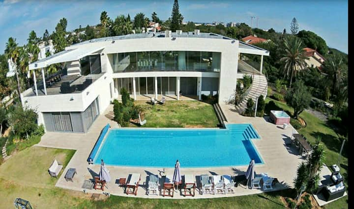 The Beauty and the Geek VIlla