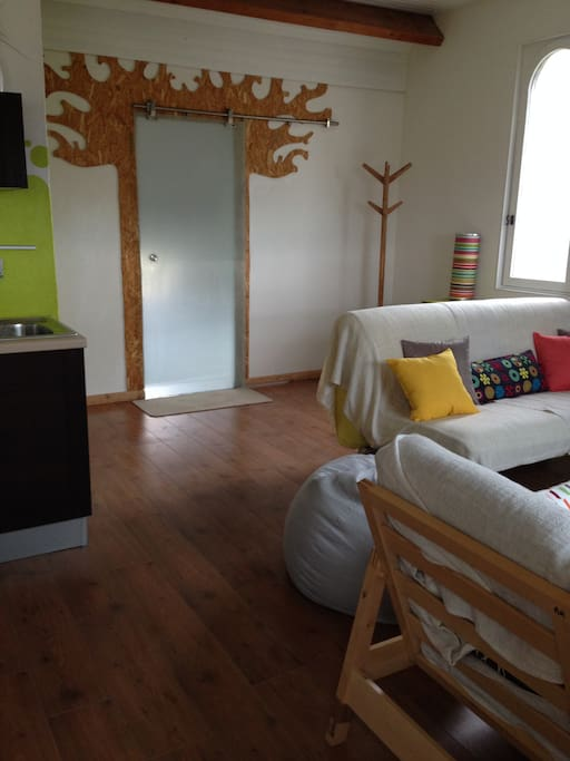 """Salon ouvert sur cuisine et salle à manger.. derrière la porte """"baobab """" se trouve la salle de bain et la chambre !"""
