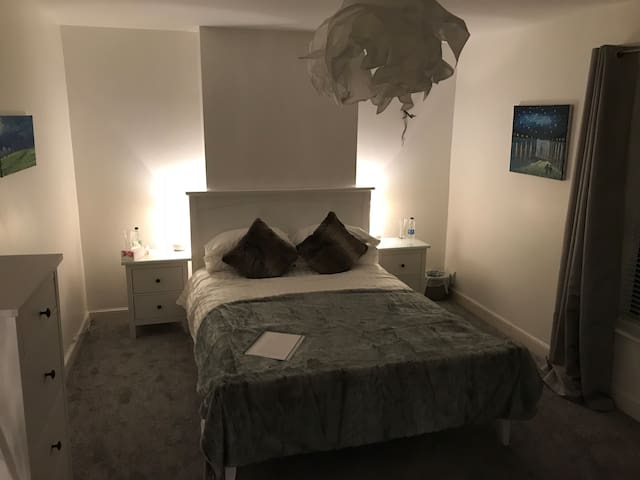 Elegant large bedroom with Kingsize bed in Bath.