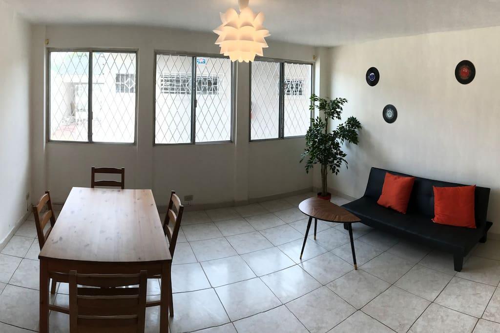 Sala y cocina privada bien equipada con sofá