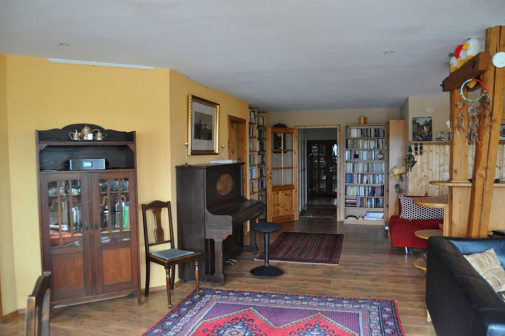 Wohnzimmer mit Klavier zur Küche